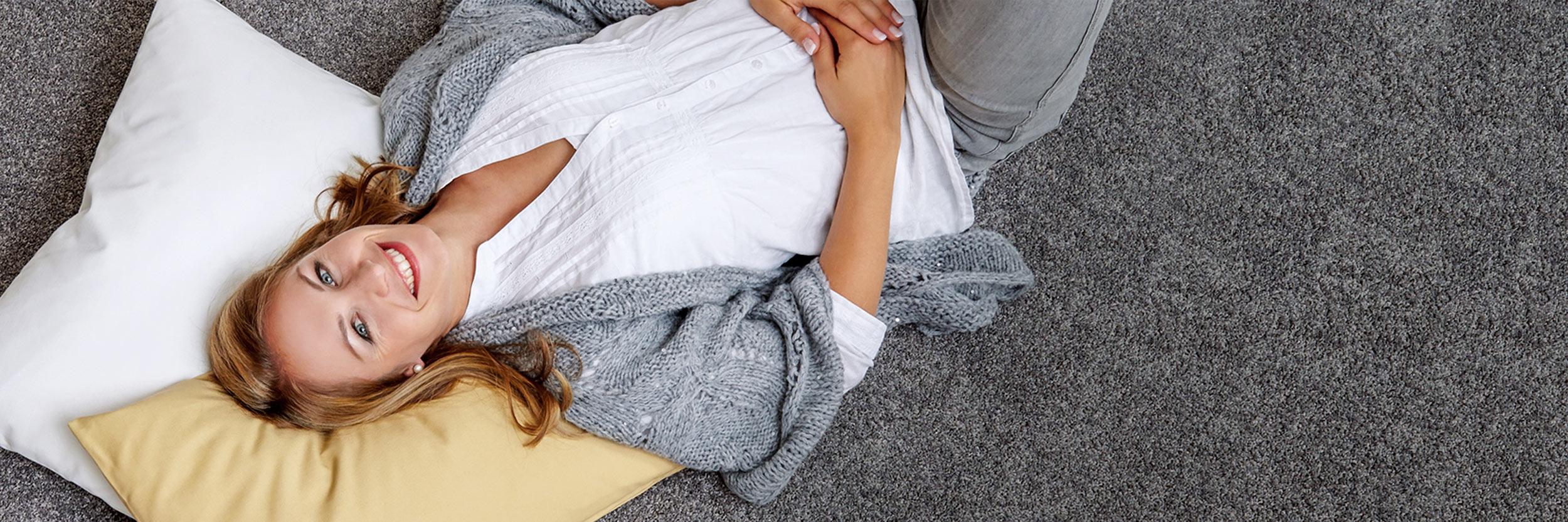 Frau liegt auf zwei Kissen