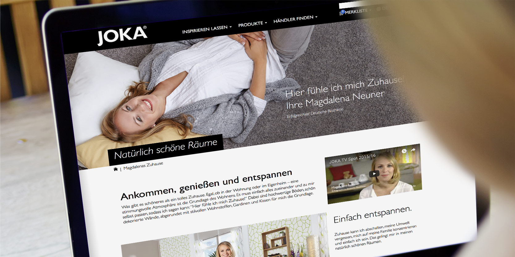 Frau schaut sich die JOKA Website auf dem Laptop an