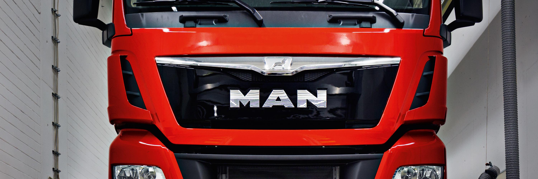 MAN Logo auf einem roten LKW