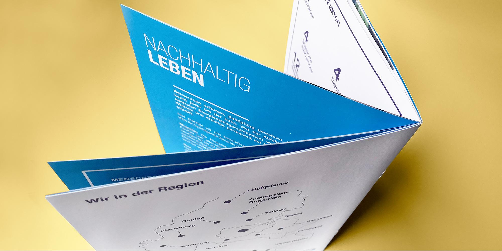 Ansicht von oben auf den Umschlag der bdks-Imagebroschüre Werbeagentur formtugend