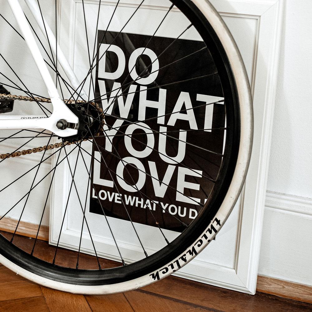 Credo im Bilderrahmen mir Fahrrad davor